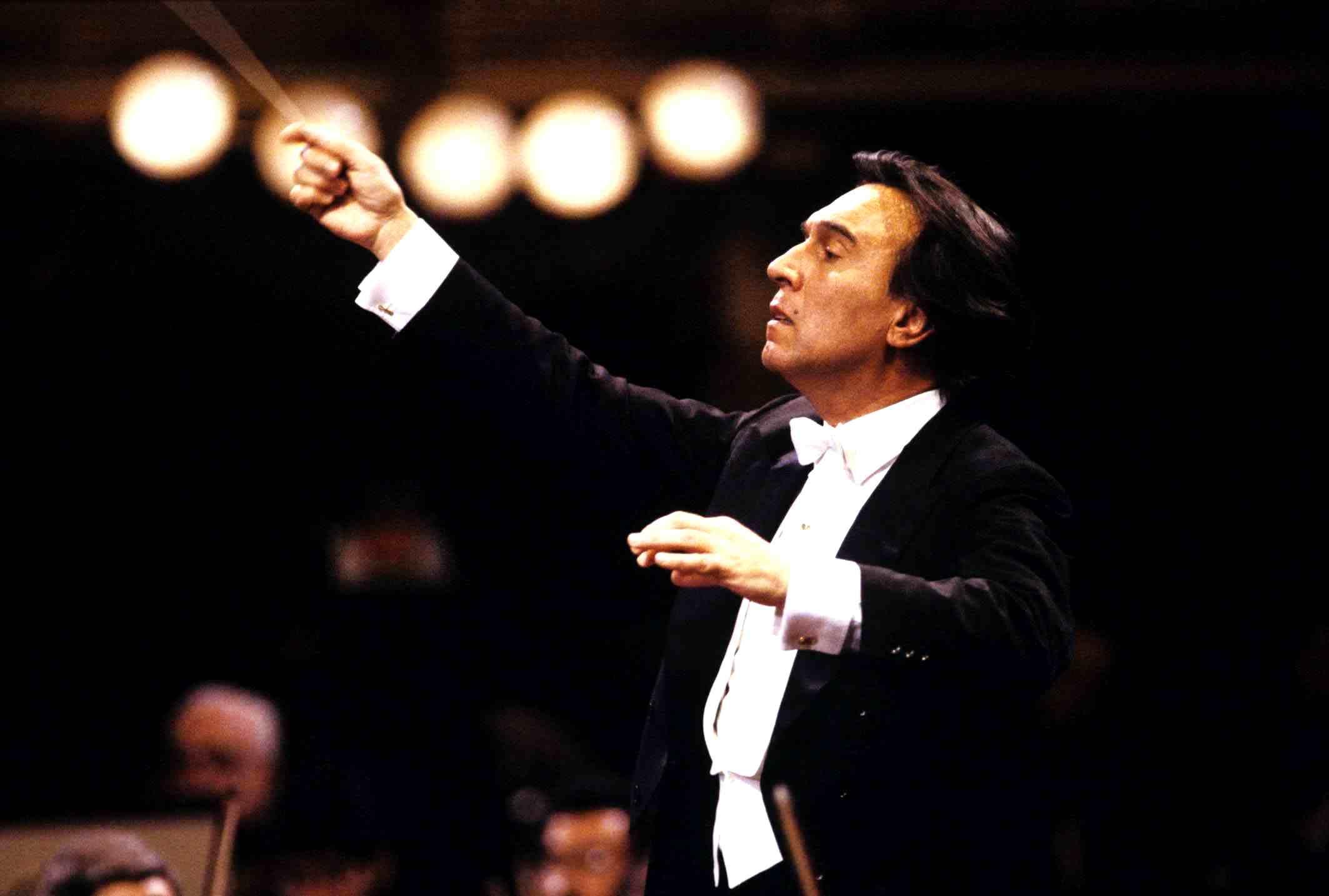 Claudio Abbado mentre dirige l'orchestra della Scala