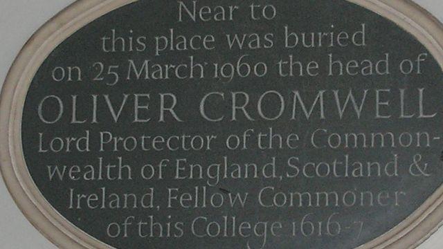 La lapide dedicata a Oliver Cromwell (1599-1658) al Sidney Sussex College di Cambridge