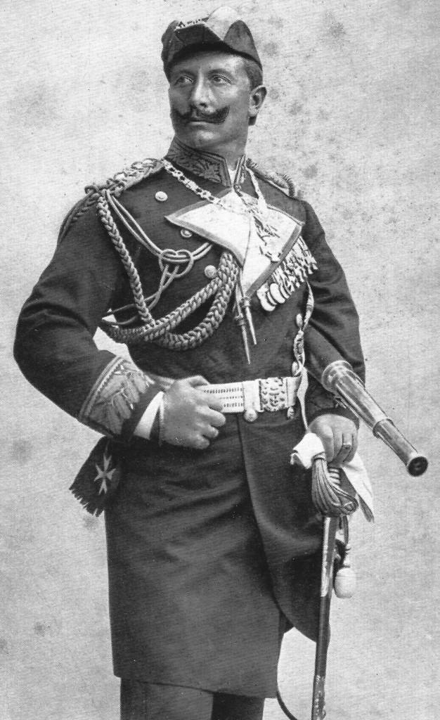 Il Kaiser Guglielmo II, nelle vesti di ammiraglio, con tanto di feluca e cannocchiale.