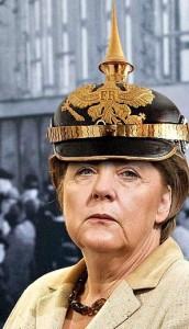 """Uno dei tanti fotomontaggi che ben raccontano il sentimento antidesco di oggi: Angela Merkel con l'elmo a punta di prussiana memoria. il """"Pickelhaube"""" (elmo chiodato)."""