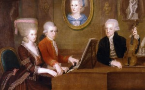 Ritratto della famiglia Mozart. Al centro Wolfgang Amadeus Mozart con giacca rossa. Accanto a lui sua sorella Maria Anna. Sul muro il ritratto della madre, Anna Maria (morta nel 1778). Vestito di nero il padre, grande violinista, Leopold. Il pittore è Johann Nepomuk della Croce, che eseguì l'opera tra il 1780 e il 1781.