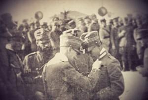 """Gabriele d'Annunzio appunta la medaglia al valore al Capitano Natale Palli dopo il celebre e avventuroso """"Volo su Vienna"""" (9 agosto 1918)."""