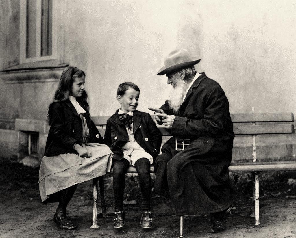 Lev Tolstoj racconta una storia ai nipoti. 1909. Lo scatto è del segretario dello scrittore russo, Vladimir Čertkov.