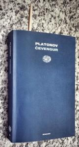 La copertina dell'edizione Einaudi di Andrej Platonovič Platonov, Čevengur (Edizione integrale a cura di Ornella Discacciati, pagg. 512, € 26,00).