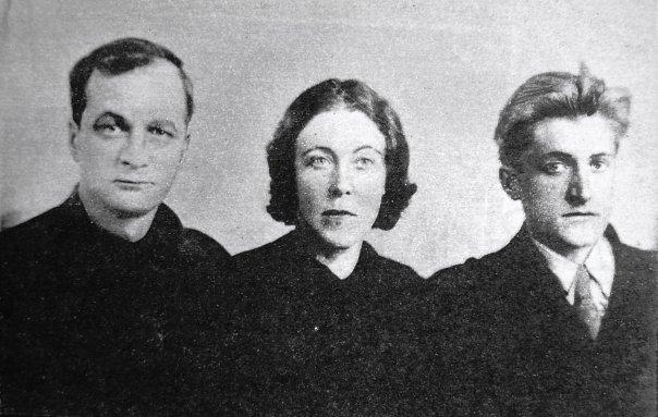 Andrej Platonov, la moglie e il figlio Platon liberato dal Gulag, in una fotografia del 1942.