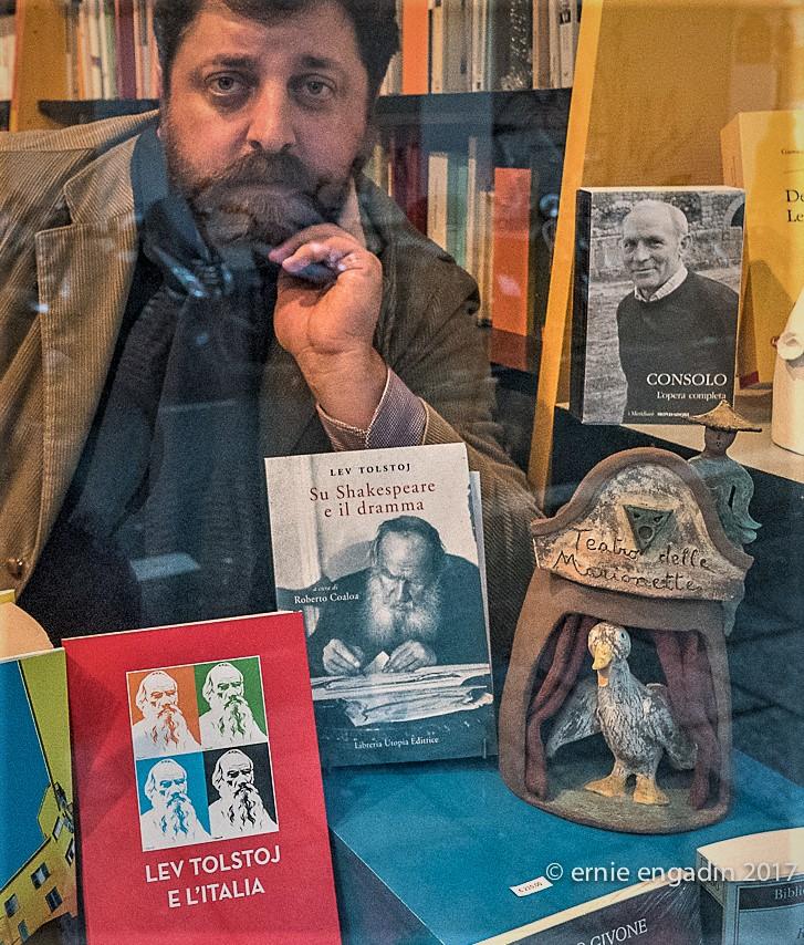 """Roberto Coaloa fotografato a Parigi, tra i suoi ultimi volumi dedicati a Tolstoj, nella libreria italiana """"Tour de Babel"""" al numero 10 di """"Rue du Roi de Sicile"""" nel Marais. Martedì 31 gennaio 2017 dal fotografo Ernie Engadin."""