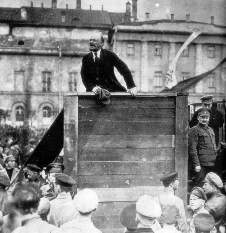 Lenin mentre arringa la folla, nel 1920, a Mosca, nella piazza Sverdlov. Accanto alla piattaforma c'è il vero leader della Rivoluzione: Lev Trockij. Stalin era talmente geloso di quella foto (che mostrava l'intesa profonda, nonostante le divergenze tra i due leader della Rivoluzione d'ottobre) da far sostituire la faccia di Trockij con la sua...