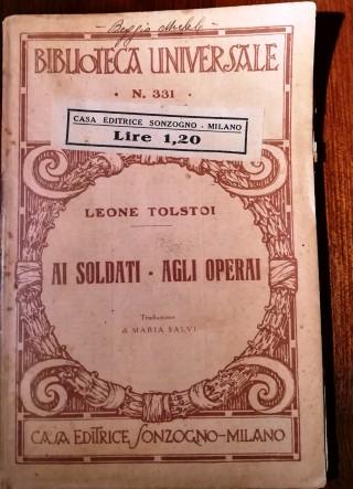 """Leone Tolstoi, """"Ai soldati - agli operai"""", Milano, Sonzogno, s.d. (Clooezione privata di Roberto Coaloa)."""