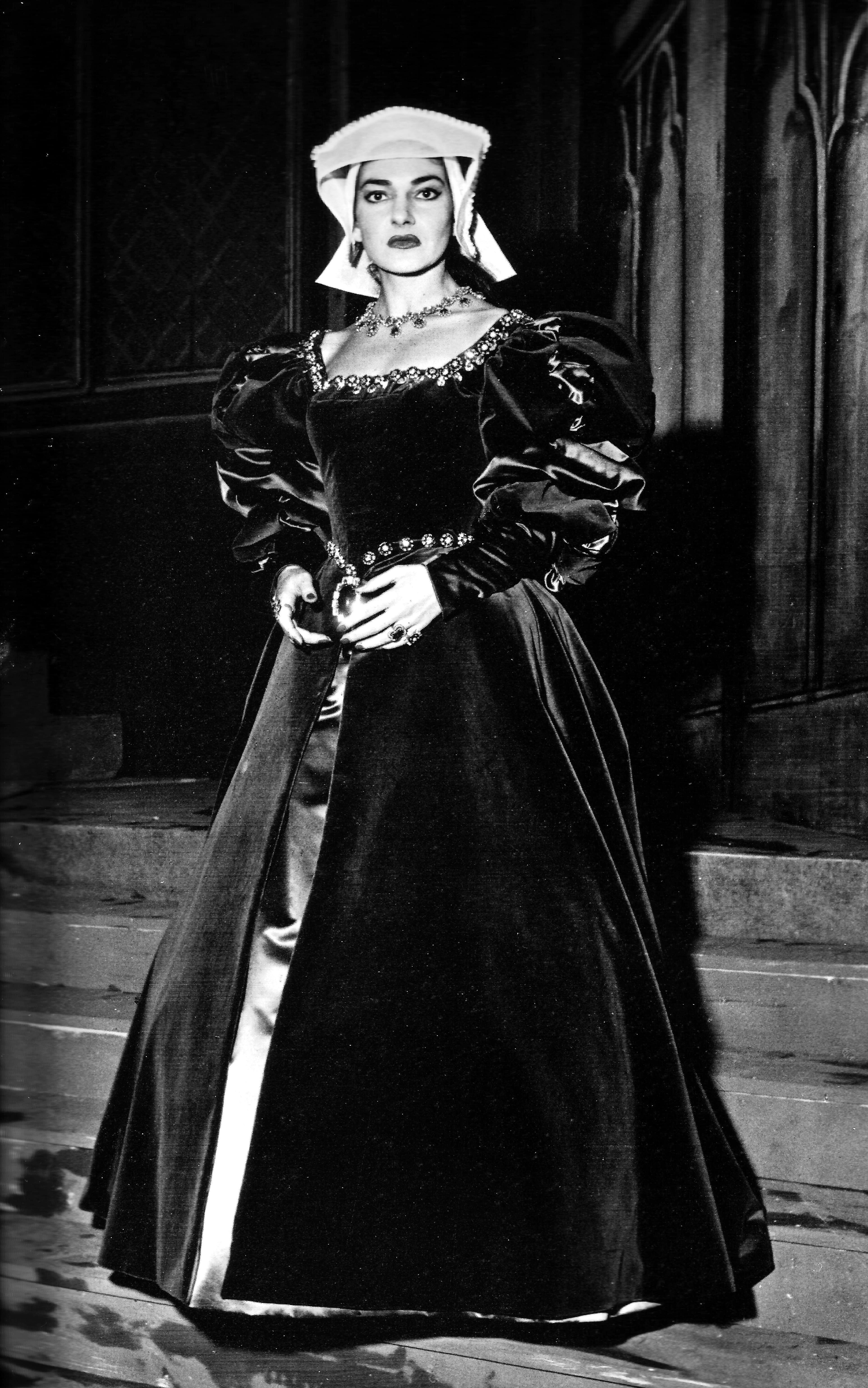 Nostalgia della Callas a Milano? Nell'immagine Maria Callas nei panni di Anna Bolena nell'edizione scaligera dell'omonima opera di Donizetti. A partire dall'aprile 1957, Maria Callas recitò questa parte per due stagioni, complessivamente in dodici recite. La regia era affidata a Luchino Visconti.