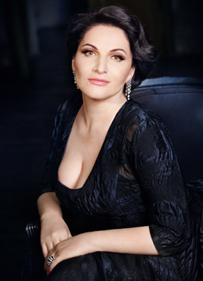 Hibla Gerzmava, soprano, interpreta alla Scala il ruolo di Anna Bolena
