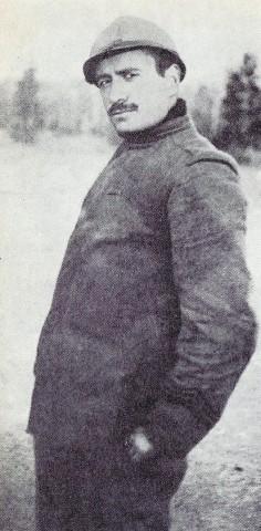 Mussolini in prossimità dell'Isonzo, nel dicembre 1916, in divisa di caporale dei bersaglieri.
