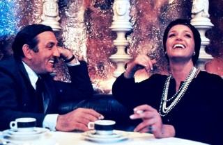 """Lino Ventura, nel film """"La Bonne Année"""" (1973) di Claude Lelouch, accanto a Françoise Fabian."""