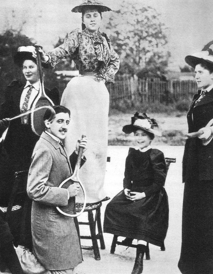 I divertimenti del giovane Proust. Tennis di Boulevard Bineau, Neuilly 1892: in piedi sulla sedia Jeanne Pouquet, alla quale Marcel fa la corte, ma Jeanne è già fidanzata con Gaston de Caillavet.