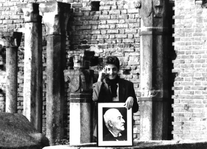 In viaggio con Carl Jacob Christoph Burckhardt! Roberto Coaloa con un ritratto dello storico a Milano, Castello Sforzesco, aprile 1993.