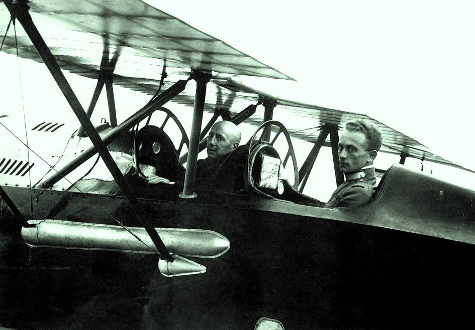 Gabriele d'Annunzio e Natale Palli sull'aereo Ansaldo SVA-10 del celebre Volo su Vienna