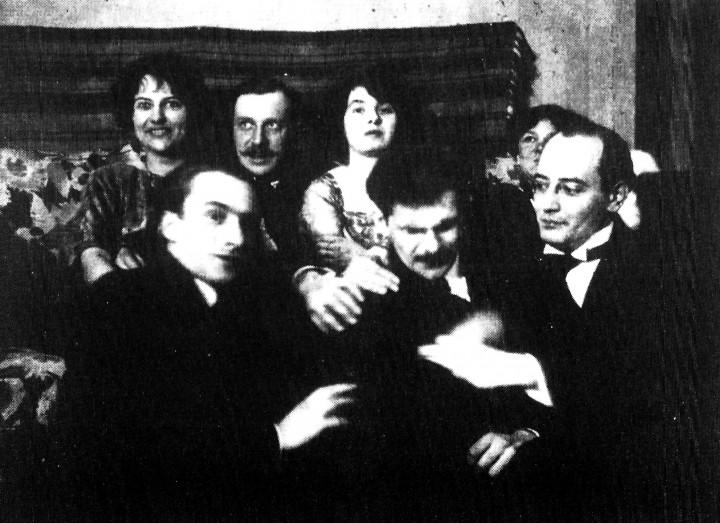 Walter Serner (il primo a destra) nell'atelier di Christian Schad a Ginevra, nel dicembre 1919. Lo scatto è di Gustave Buchet.