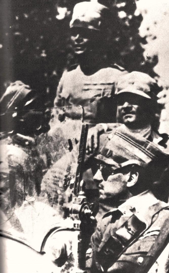 Gabriele d'Annunzio (il primo a destra con gli occhiali) sull'auto che lo porta a Fiume. Il 12 settembre 1919.
