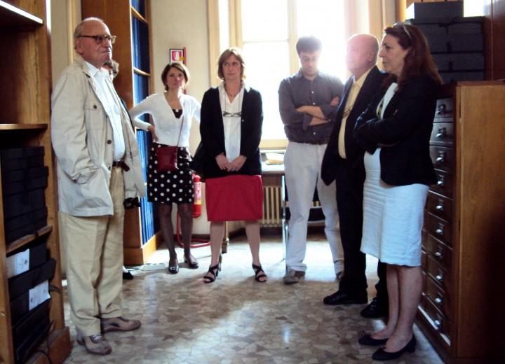 Franco Della Peruta (a sinistra) con un gruppo di archivisti e studiosi al Museo del Risorgimento di Milano. Giugno 2011.