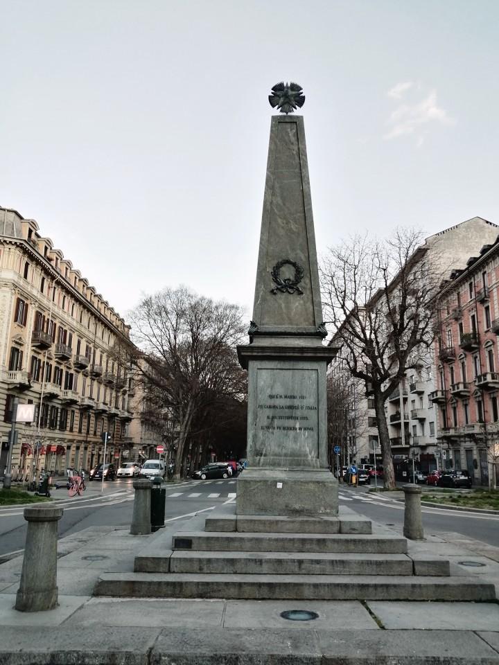 """Torino. Piazza San Salvario. Marzo 2021. Oggi un obelisco in Piazza San Salvario ricorda l'evento. Sulla sua sommità spicca la stella simbolo della massoneria, dai cui ranghi provenivano molti dei """"compromessi"""" nei moti."""