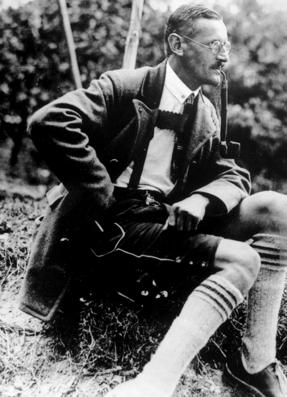 Anton Drexler, fabroferraio delle ferrovie bavaresi, creò a Monaco il 7 marzo 1918, un libero comitato di lavoratori per una giusta pace. In seguito, sotto l'influenza della Società Thule, fondò il Partito dei lavoratori tedeschi (DAP) che diveniva, a partire dalla primavera del 1920, lo NSDAP, Partito nazional-socialista dei lavoratori tedeschi, di cui Hitler si assicurò dal 29 luglio 1921, la direzione.